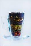 Assortiment van droge thee Diverse soorten thee die op wit worden geïsoleerd Verschillende soorten theebladen Theesamenstelling m Stock Afbeelding