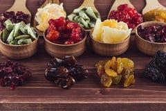 Assortiment van droge vruchten close-up op bruine houten achtergrond Stock Foto's