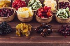 Assortiment van droge vruchten close-up op bruine houten achtergrond Stock Foto