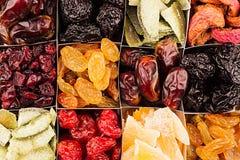 Assortiment van droge vruchten close-upachtergrond in vierkante cellen Stock Afbeeldingen