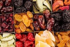 Assortiment van droge vruchten close-upachtergrond in vierkante cellen Royalty-vrije Stock Fotografie
