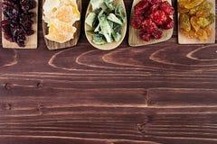 Assortiment van droge vruchten in lepels op bruine houten achtergrond Royalty-vrije Stock Afbeelding