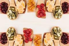 Assortiment van droge vruchten op houten lepels op witte achtergrond Stock Foto's