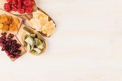 Assortiment van droge vruchten op houten lepels op witte achtergrond Stock Afbeelding