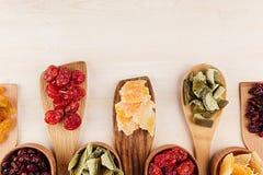 Assortiment van droge vruchten op houten lepels op witte achtergrond Stock Afbeeldingen