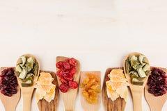 Assortiment van droge vruchten op houten lepels op witte achtergrond Royalty-vrije Stock Fotografie