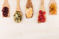 Assortiment van droge vruchten op houten lepels op witte achtergrond Royalty-vrije Stock Foto's