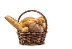 Assortiment van gebakken brood in mand stock afbeelding