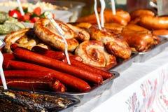 Assortiment van geroosterde worsten voor verkoop Straatvoedsel, snel voedsel stock foto
