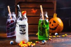 Assortiment van Halloween-dranken op grungeachtergrond Stock Afbeelding