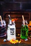 Assortiment van Halloween-dranken op grungeachtergrond Stock Fotografie