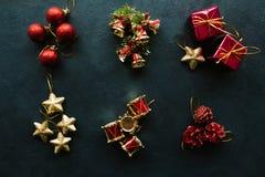 Assortiment van het Kerstmis het feestelijke speelgoed, donkere achtergrond Royalty-vrije Stock Foto