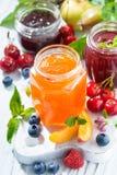 Assortiment van jam en seizoengebonden vruchten, verticale hoogste mening Stock Afbeelding