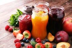 Assortiment van jam, seizoengebonden bessen, pruimen, munt en vruchten stock foto