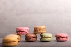 Assortiment van kleurrijke makarons met een kop van koffie Royalty-vrije Stock Foto's