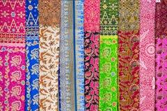 Assortiment van kleurrijke sarongs voor verkoop, Eiland Bali, Ubud, Indonesië stock afbeelding