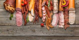 Assortiment van koud vlees, verscheidenheid van verwerkte koude vleeswaren stock fotografie