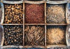Assortiment van kruiden in houten doos Stock Fotografie