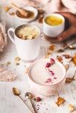 Assortiment van Kurkuma Gouden Melk, Rose Moon Milk, de Melk van de Kamillemaan en de Melk van de Hibiscusmaan, de Winter Hete Dr stock fotografie