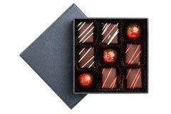 Assortiment van luxebonbons met redlplonsen in zwarte doos op witte achtergrond worden geïsoleerd die royalty-vrije stock foto's