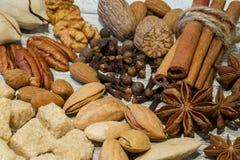 Assortiment van noten en kruiden, mengeling van diverse soorten noten, lik royalty-vrije stock fotografie