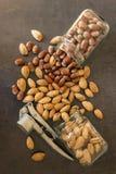 Assortiment van noten in hun shell Verschillende soorten noten binnen Royalty-vrije Stock Foto