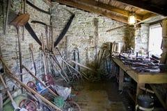 Assortiment van oude hulpmiddelen in een bijgebouw Royalty-vrije Stock Fotografie