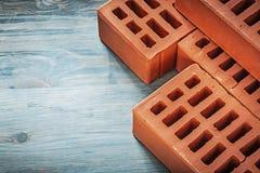 Assortiment van rode bakstenen op het houten concept van de raadsbouw royalty-vrije stock foto