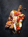 Assortiment van salami en snacks Worst Fouet, worsten, salami, paperoni Op een zwarte houten achtergrond Hoogste mening Vrije rui royalty-vrije stock foto
