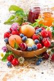 Assortiment van seizoengebonden vruchten en bessen, jam, verticale closeu Royalty-vrije Stock Afbeelding