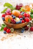assortiment van seizoengebonden vruchten en bessen, verticale jam, Stock Fotografie