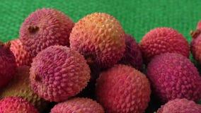 Assortiment van smakelijke en verse lychee exotische vruchten stock videobeelden