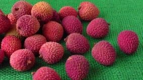 Assortiment van smakelijke en verse lychee exotische vruchten stock footage