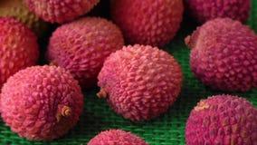 Assortiment van smakelijke en verse lychee exotische vruchten stock video