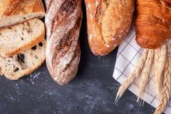 Assortiment van vers brood Gezond eigengemaakt brood stock foto's