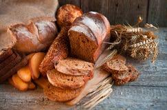 Assortiment van vers gebakken brood op houten lijstachtergrond Royalty-vrije Stock Foto's