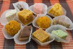 Assortiment van vers Voorbereide Indische Snoepjes Stock Foto's