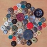 Assortiment van verschillende knopen in verscheidene kleuren Stock Foto