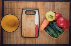 Assortiment van verse groenten, de herfstoogst, kokende vegetarische schotels stock foto's