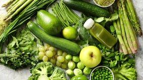 Assortiment van verse organische anti-oxyderend Groene vruchten en groenten stock footage