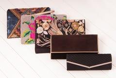Assortiment van vrouwelijke handtassen, show-venster en modieuze clutc Stock Afbeeldingen