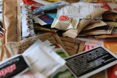 Assortiment van witte en bruine suikersachets royalty-vrije stock foto