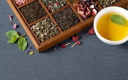 Assortimento asciutto del tè in scatola di legno Fotografie Stock