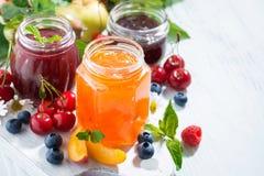 Assortimento degli inceppamenti del dolce e dei frutti stagionali su fondo bianco Fotografia Stock Libera da Diritti