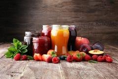 Assortimento degli inceppamenti, delle bacche stagionali, delle prugne, della menta e dei frutti fotografia stock