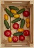 Assortimento degli ortaggi freschi in una scatola di legno fotografia stock libera da diritti