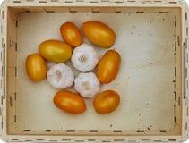 Assortimento degli ortaggi freschi in una scatola di legno immagine stock