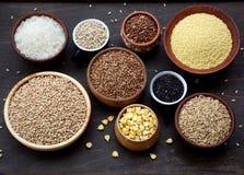 Assortimento dei cereali diversi e dei semi in ciotola: grano, avena, orzo, riso, miglio, grano saraceno Fotografia Stock Libera da Diritti