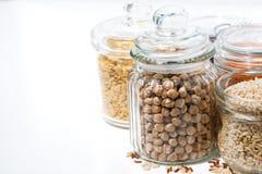 assortimento dei cereali e dei legumi in barattoli di vetro Immagini Stock