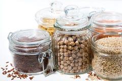 assortimento dei cereali e dei legumi su fondo bianco Immagini Stock